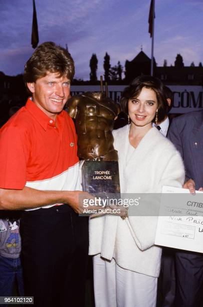 Le champion Nick Price et l'actrice Isabella Rossellini au Trophée Lancôme de golf le 6 octobre 1985 SaintNomlaBretèche France