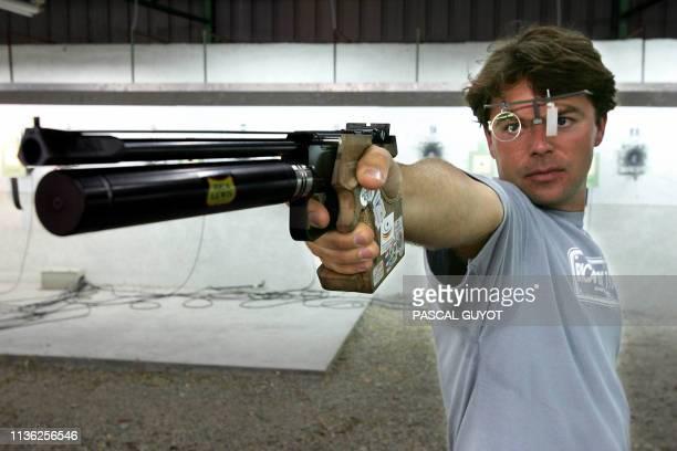 Le champion olympique français de tir au pistolet Franck Dumoulin s'entraîne le 29 juillet 2004 au stand de tir d'Antibes Le Français participera aux...