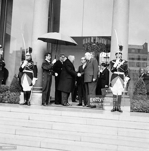 Le Chancelier Erhard prenant congé du Général de Gaulle sur le perron du Palais de l'Elysée à Paris France le 8 février 1966