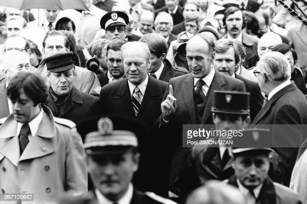 Le chancelier fédéral allemand Helmut Schmidt, le Président des Etats-Unis Gerald Fold, Valéry Giscard d'Estaing, le 17 novembre 1975 à Rambouillet,...