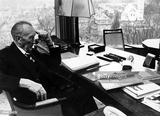 Le chancelier Konrad Adenauer ecrit ses memoires dans sa propriete de Rhondorf, a Bad Honnef, Allemagne, le 4 janvier 1965.