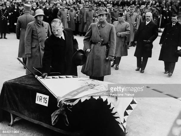 Le chancelier von Schusnigg plaçant les clous symboliques sur les nouveaux drapeaux monarchiques autrichiens à Vienne Autriche en 1935