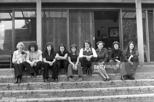 Le chanteur Adamo avec son épouse Nicole à gauche, sa mère Concetta à sa gauche et ses frères et soeurs dont Pipo, 2e à gauche, et Delizia, 2e à...