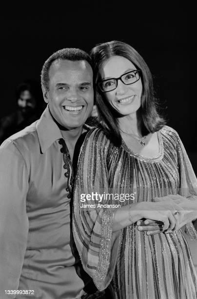 """Le chanteur américain Harry Belafonte avec la chanteuse grecque Nana Mouskouri dans l'emission """"Numéro 1"""" de Maritie et Gilbert Carpentier en..."""