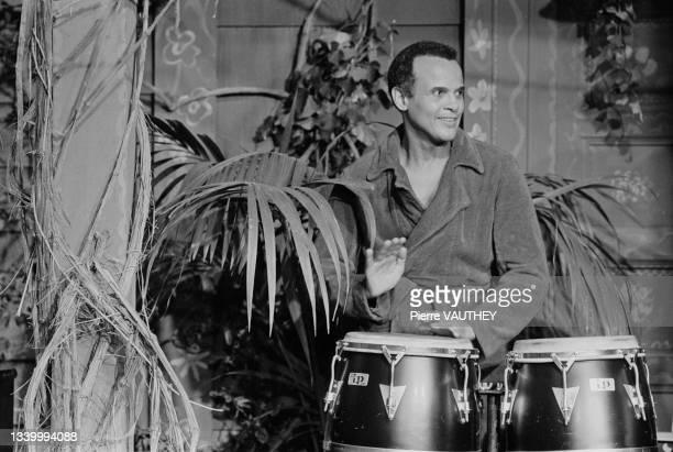 Le chanteur américain Harry Belafonte lors d'un show télévisé sur Antenne 2 en juin 1976 à Paris, France.
