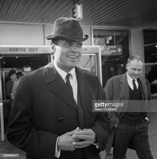 Le chanteur américain Harry Belafonte sortant de l'Hôtel George V à Paris.