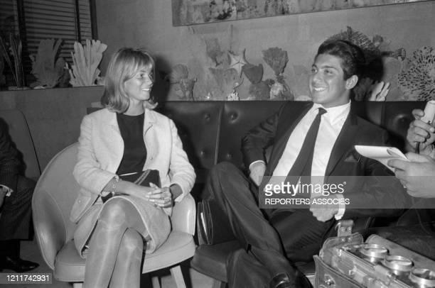 Le chanteur américain Paul Anka et sa femme Anne De Zogheb à leur arrivée à Orly le 11 septembre 1963, France.