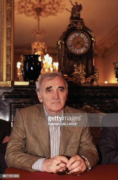Le chanteur Charles Aznavour lors d'une conférence de presse au sénat le 29 mai 1996 Paris France