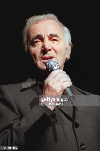 le chanteur Charles Aznavour l'un des monstres sacrés de la chanson française se produit sur la scène du Palais des Congrès le 04 novembre 1997 à...