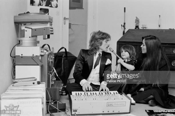 Le chanteur Christophe avec sa femme Véronique et leur fille Lucie chez eux à Paris le 11 février 1974 France