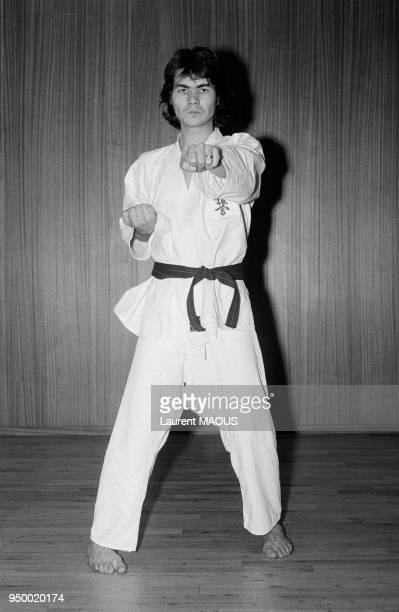 Le chanteur Daniel Guichard fait du karaté le 1er décembre 1973 à Paris France