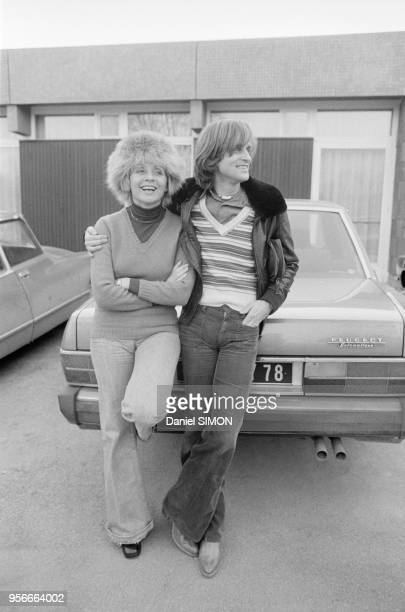Le chanteur Dave chez lui en compagnie d'Annie Cordy en 1976 France