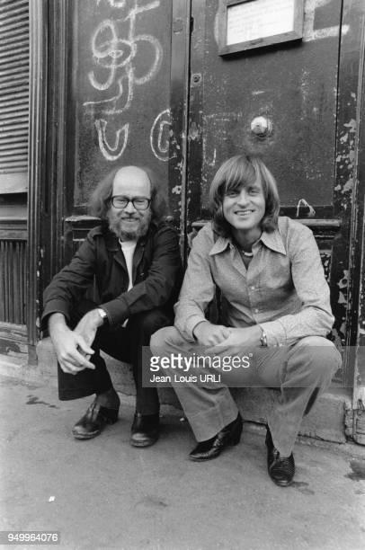 Le chanteur Dave et le réalisateur JeanPierre Blanc pendant l'enregistrement de la musique du film L'Esprit de famille à Paris en France le en...
