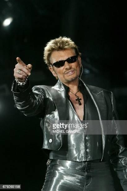 Le chanteur de rock Johnny Hallyday se produit devant plus de 37000 fans le 13 juillet 2003 au stade ChabanDelmas à Bordeaux Des intermittents du...