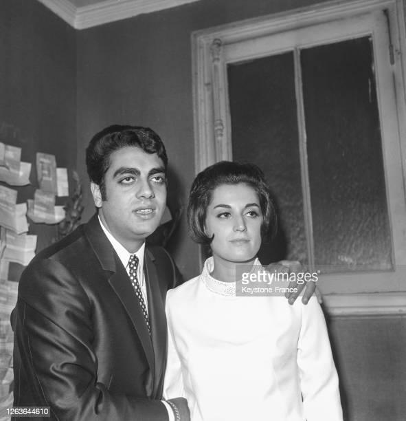 Le chanteur Enrico Macias en compagnie de sa femme Suzy dans sa loge à l'Olympia le 4 novembre 1966 à Paris France