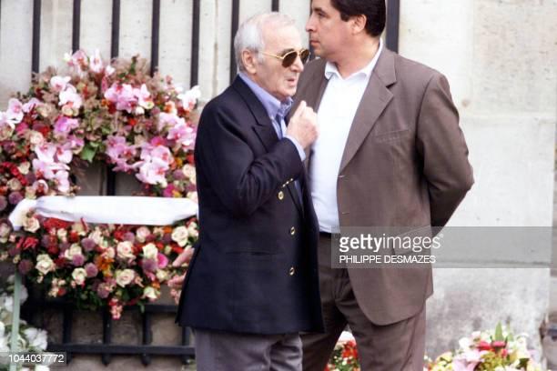 le chanteur français Charles Aznavour quitte l'église SaintSulpice le 22 septembre à Paris à l'issue des obsèques du producteur de variétés...