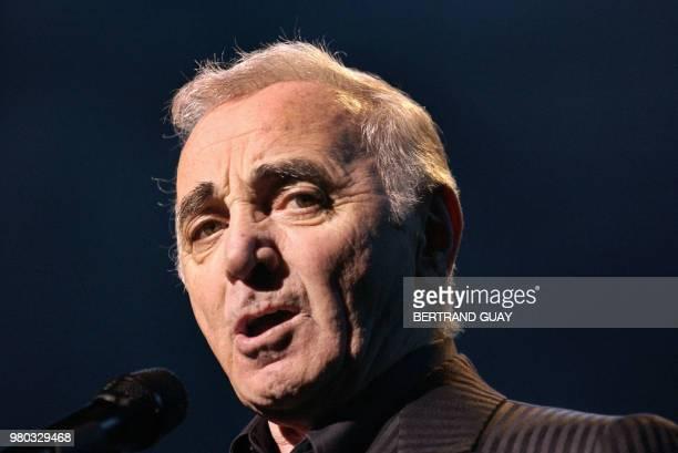 le chanteur français Charles Aznavour se produit sur la scène du Palais des Congrès de Paris le 16 avril 2004 lors du premier concert de sa tournée...