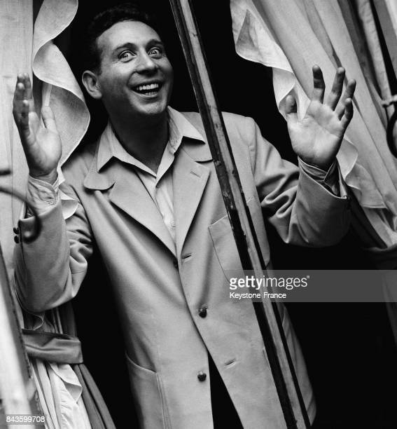 Le chanteur français Charles Trénet en tournée en Amérique, sur un balcon à Manhattan, circa 1940 à New York, Etats-Unis.