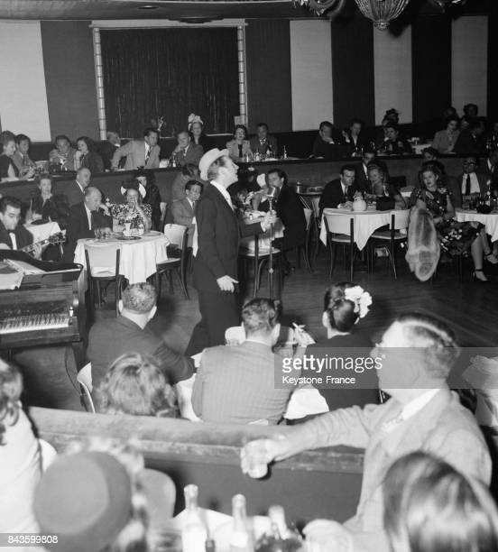 Le chanteur français Charles Trénet est apprécié du public dans le bar 'Embassy Club' où il se produit, circa 1940 à New York, Etats-Unis.