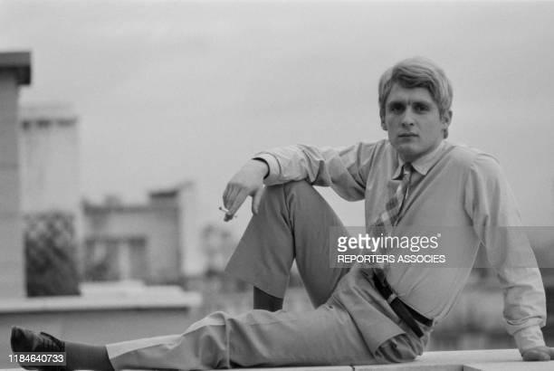 Le chanteur français Christophe chez lui à Paris le 19 novembre 1963, France.
