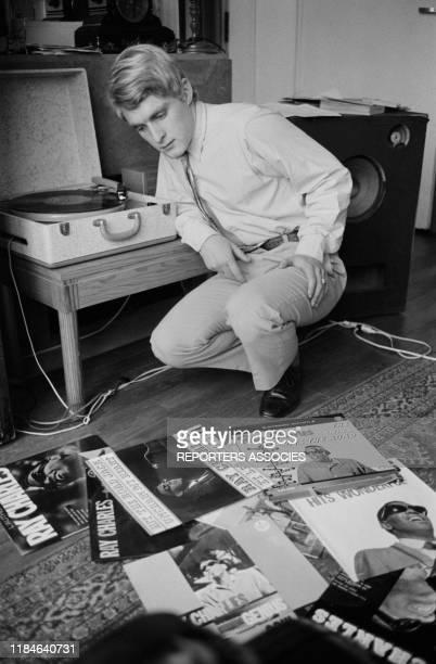 Le chanteur français Christophe écoute des disques de Ray Charles chez lui à Paris le 19 novembre 1963 France