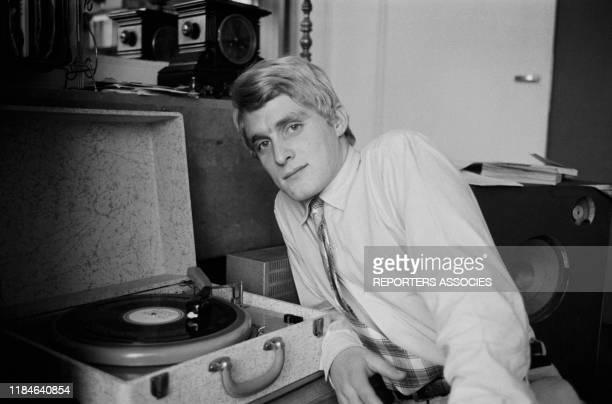 Le chanteur français Christophe écoute des disques de Ray Charles chez lui à Paris le 19 novembre 1963, France.