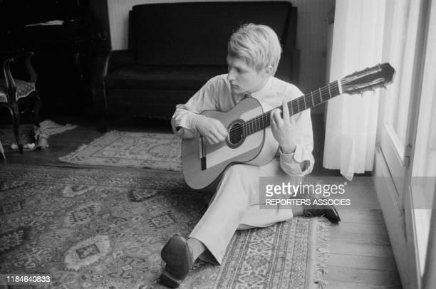 Le chanteur français Christophe joue de la guitare chez lui à Paris le 19 novembre 1963 France