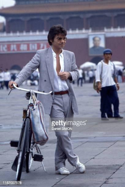 le chanteur français Daniel Guichard devant la Cité Interdite à Pékin le 9 septembre 1983 Chine