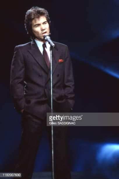 le chanteur français Daniel Guichard lors d'un show télévisé à Paris le 9 avril 1988 France