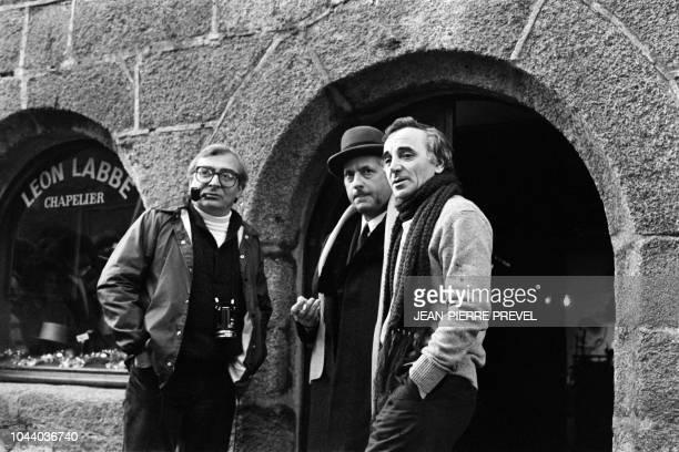 Le chanteur français d'origine arménienne Charles Aznavour discute avec le comédien Michel Serrault et le réalisateur Claude Chabrol le 20 janvier...