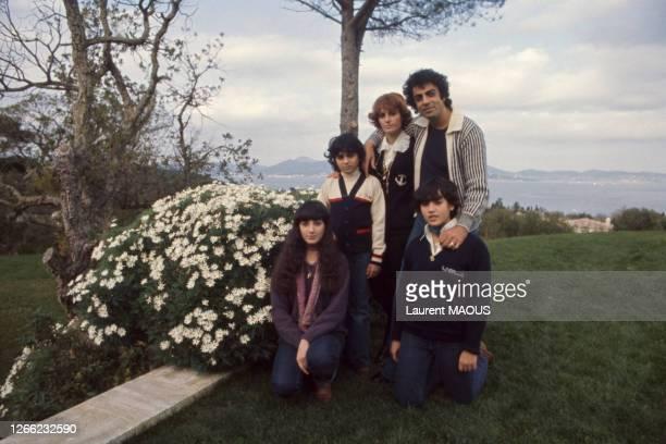 Le chanteur français Enrico Macias posant avec son épouse Suzy, ses enfants Jocya et Jean-Claude et sa nièce Corinne, en décembre 1976, à...
