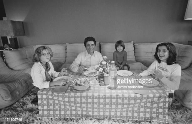 Le chanteur français Gilbert Bécaud entouré de ses filles à sa droite Anne Bécaud à sa gauche Emily et Jennifer