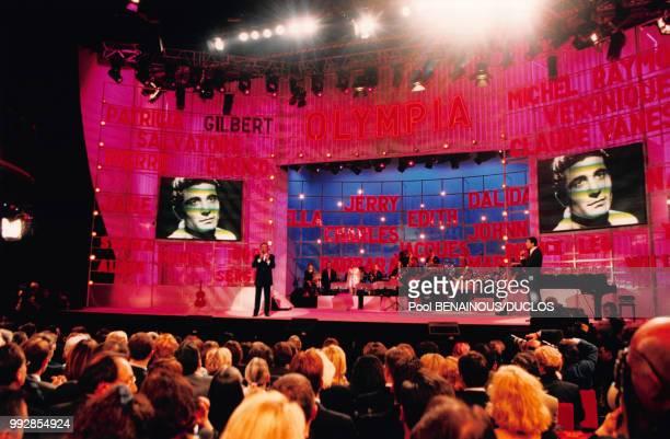 Le chanteur français Gilbert Bécaud sur scène pendant le spectacle de clôture de l'Olympia avant son déménagement à Paris en France le 14 avril 1997