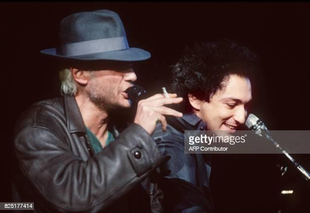 le chanteur français Johnny Hallyday en aventurier blond et barbu se produit lors la première représentation du concert de Michel Berger le 11 avril...