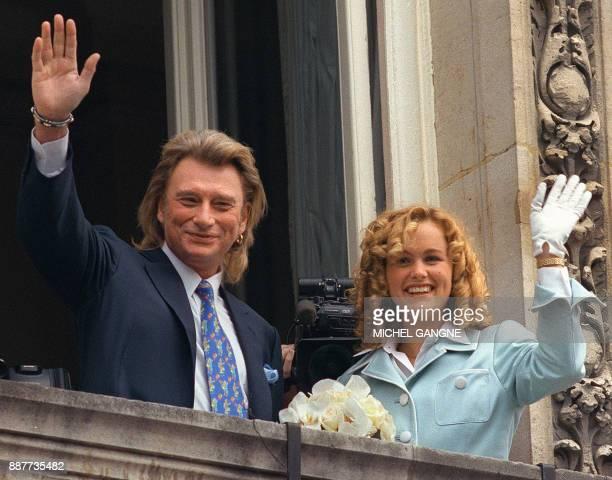 Le chanteur français Johnny Hallyday et sa nouvelle épouse Laeticia Boudou saluent les nombreux fans venus assister à leur mariage célébré le 25 mars...