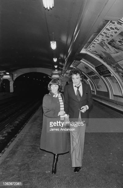 Le chanteur français Michel Sardou avec la chanteuse Mireille Mathieu à la station de metro Sablons pour la création de la chaine de radio...