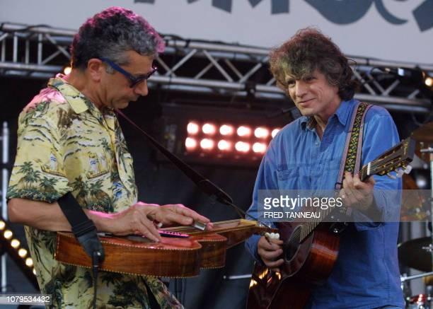 Le chanteur français Paul Personne se produit le 24 juillet 2004 sur la scène du Festival des Vieilles Charrues lors du deuxième jour de la 13e...