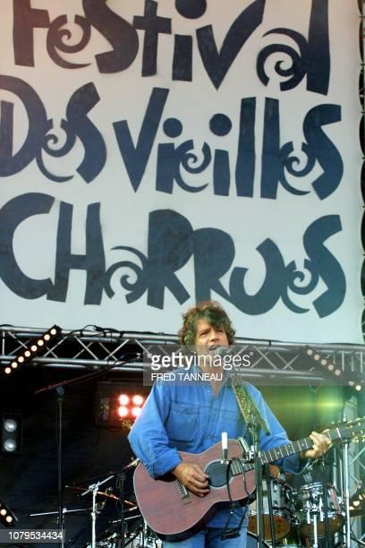 Le chanteur français Paul Personne se produit le 24 juillet 2004 sur la scène du Festival des Vieilles Charrues au deuxième jour de la 13e édition du...