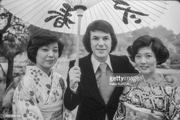 Le chanteur français Salvatore Adamo et deux japonaises en kimono à Tokyo en décembre 1976, Japon