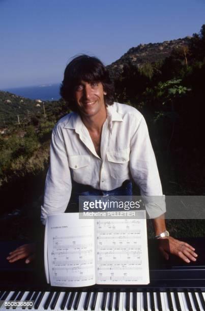 Le chanteur français Yves Duteil en vacances dans le sud de la Corse en aout 1988 France