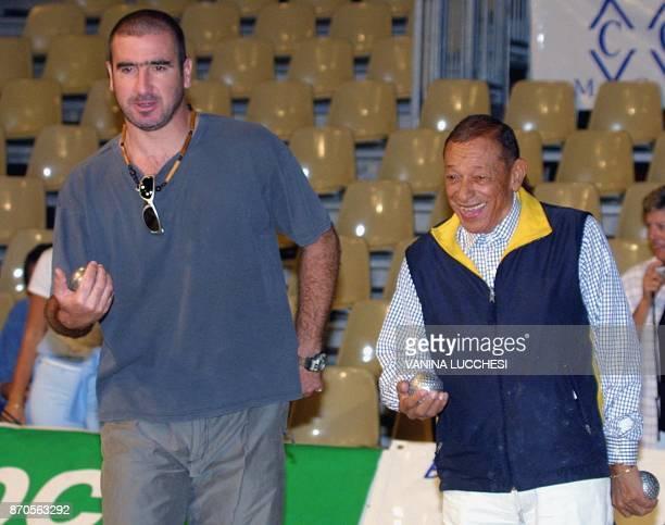 le chanteur Henri Salvador et l'ancien joueur de football Eric Cantona participent le 25 septembre 2001 à Monaco à la 37ème édition du Championnat du...