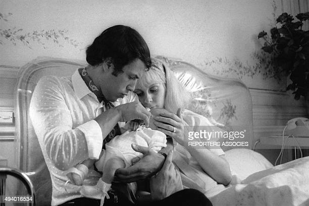 Le chanteur italien Salvatore Adamo avec son épouse, Nicole, et leur bébé.
