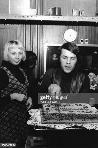 Le chanteur italien Salvatore Adamo fêtant son anniversaire avec son épouse Nicole en 1969