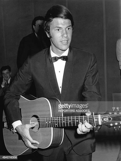 Le chanteur italien Salvatore Adamo jouant de la guitare.