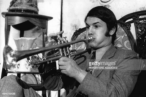Le chanteur italien Salvatore Adamo jouant de la trompette.