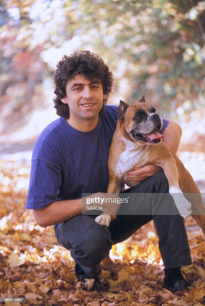 Claude Barzotti chez lui en Belgique en 1990 : Photo d'actualité