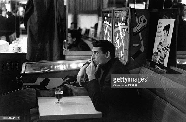 Le chanteur Jacques Brel dans un café parisien en 1965 à Paris France