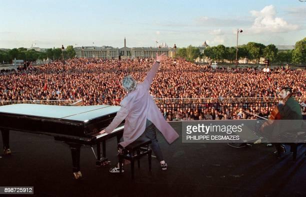 le chanteur Jacques Higelin salue le public massé devant l'Assemblée nationale jusqu'à la place de la Concorde à Paris lors d'un concert auquel...