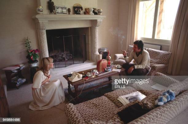 Le chanteur Joe Dassin chez lui avec son épouse Christine circa 1970 en France