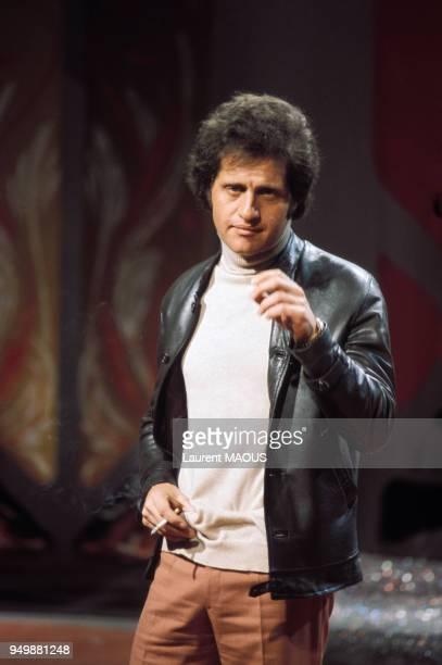 Le chanteur Joe Dassin dans une émission télévisée circa 1970 à paris France